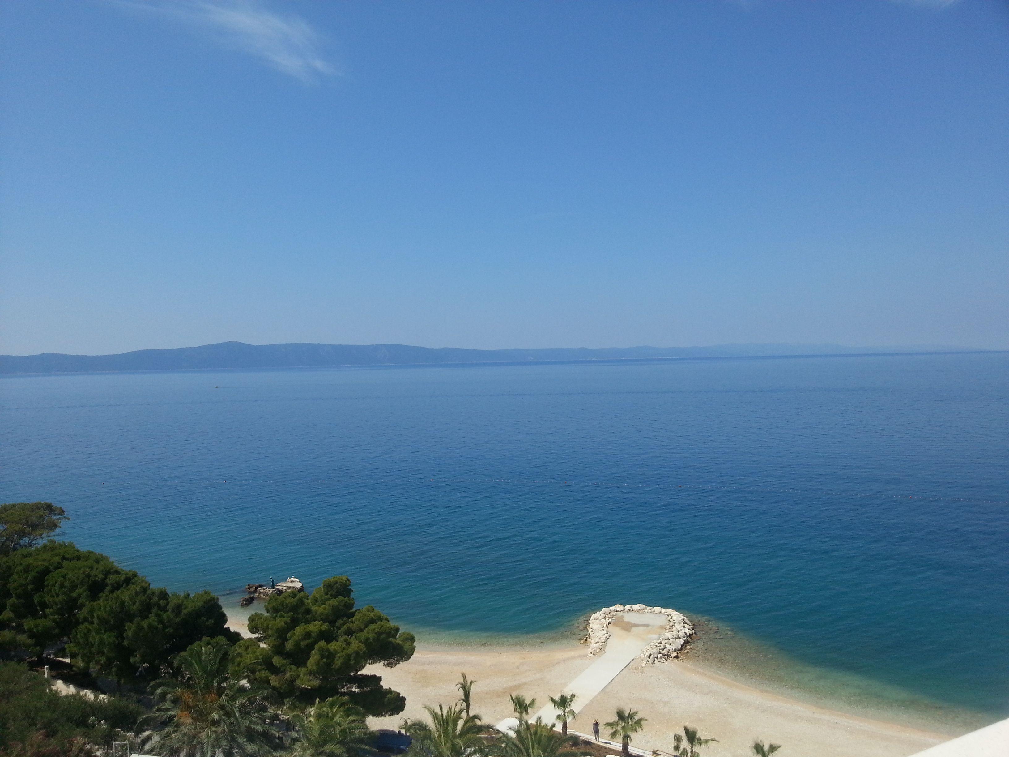 Hotelski smještaj u Podgori savršen je odbar onih koji žele bezbrižno uživati u ljetu i odmoru. https://medorahotels.com/hr/medora-auri-family-beach-resort/