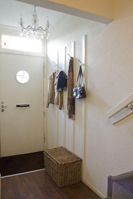 Verrassend hal met kroonluchter en houten kapstok latten | Huis - Kapstok LO-43