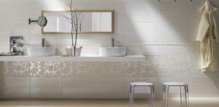 Photo of Bad med stor vask og dusj, kremhvite fliser