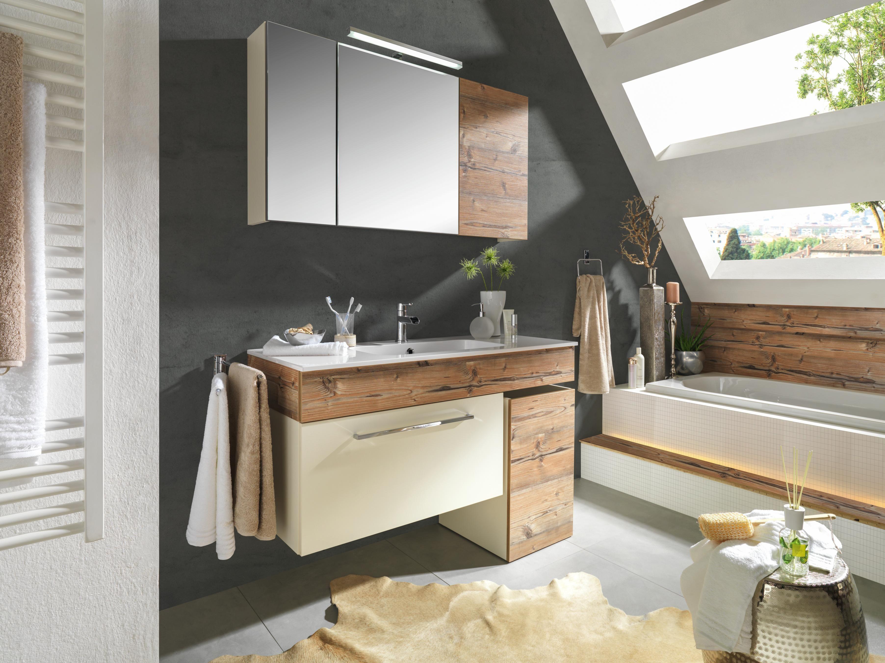 Naturgetreues Badezimmer mit Spiegelschrank und