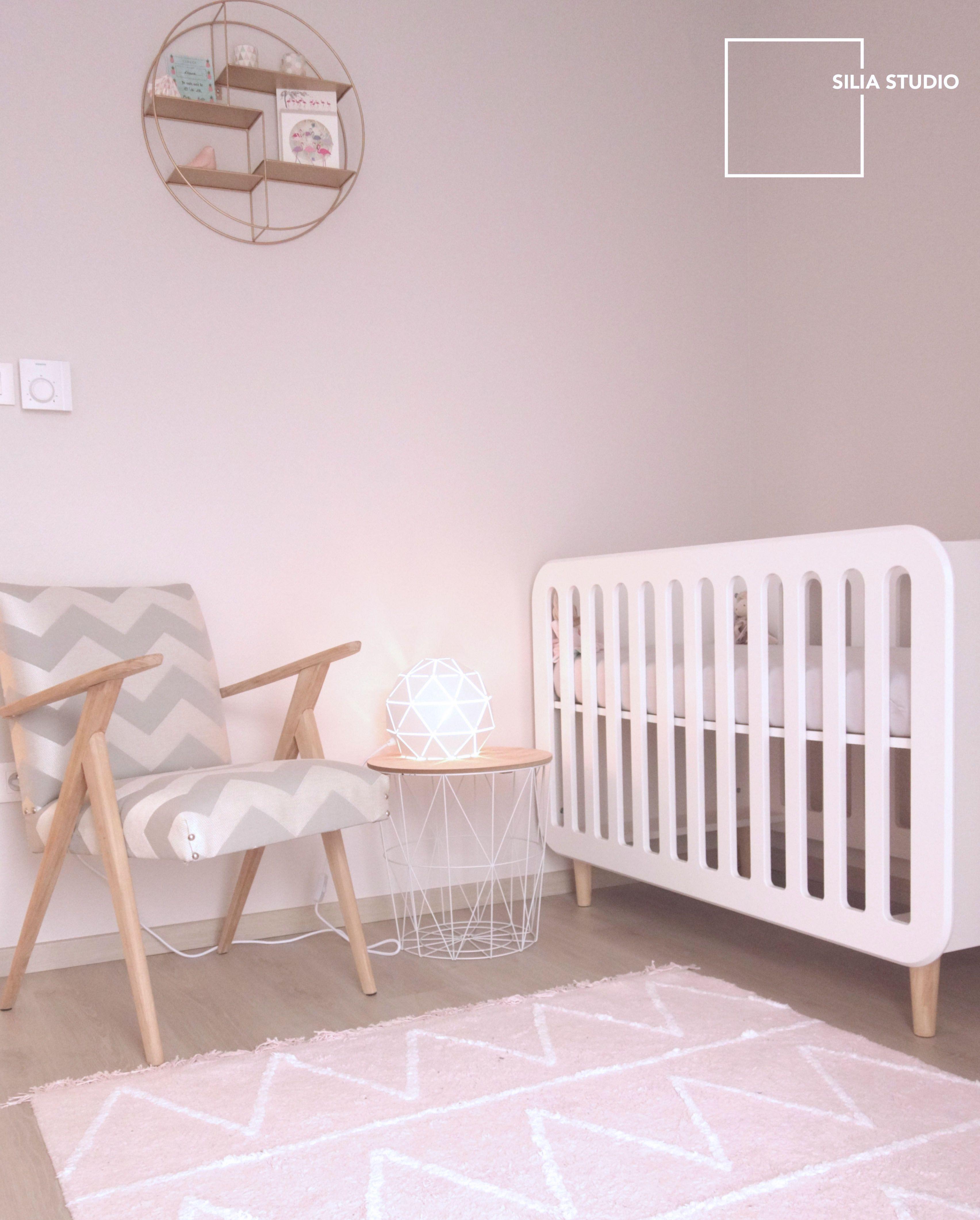 Chambre enfant bébé fille scandinave blanc et rose, fauteil rétro ...
