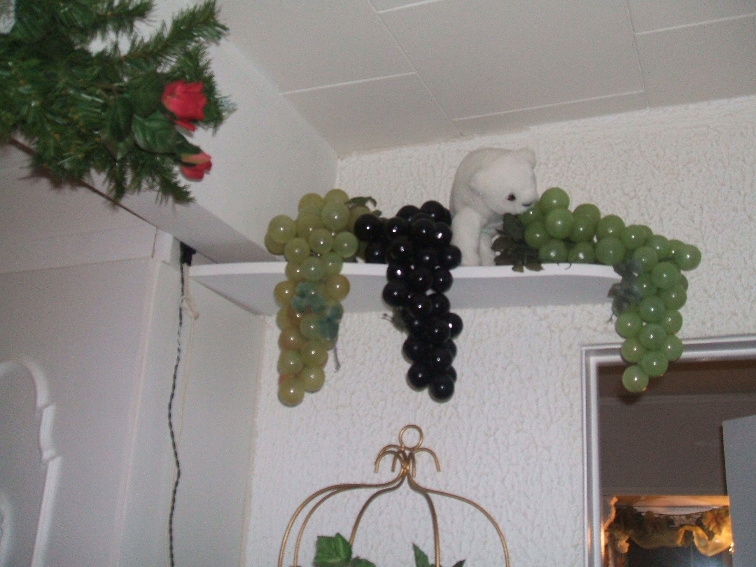 Trois grosses grappes de raisin sur une tablette