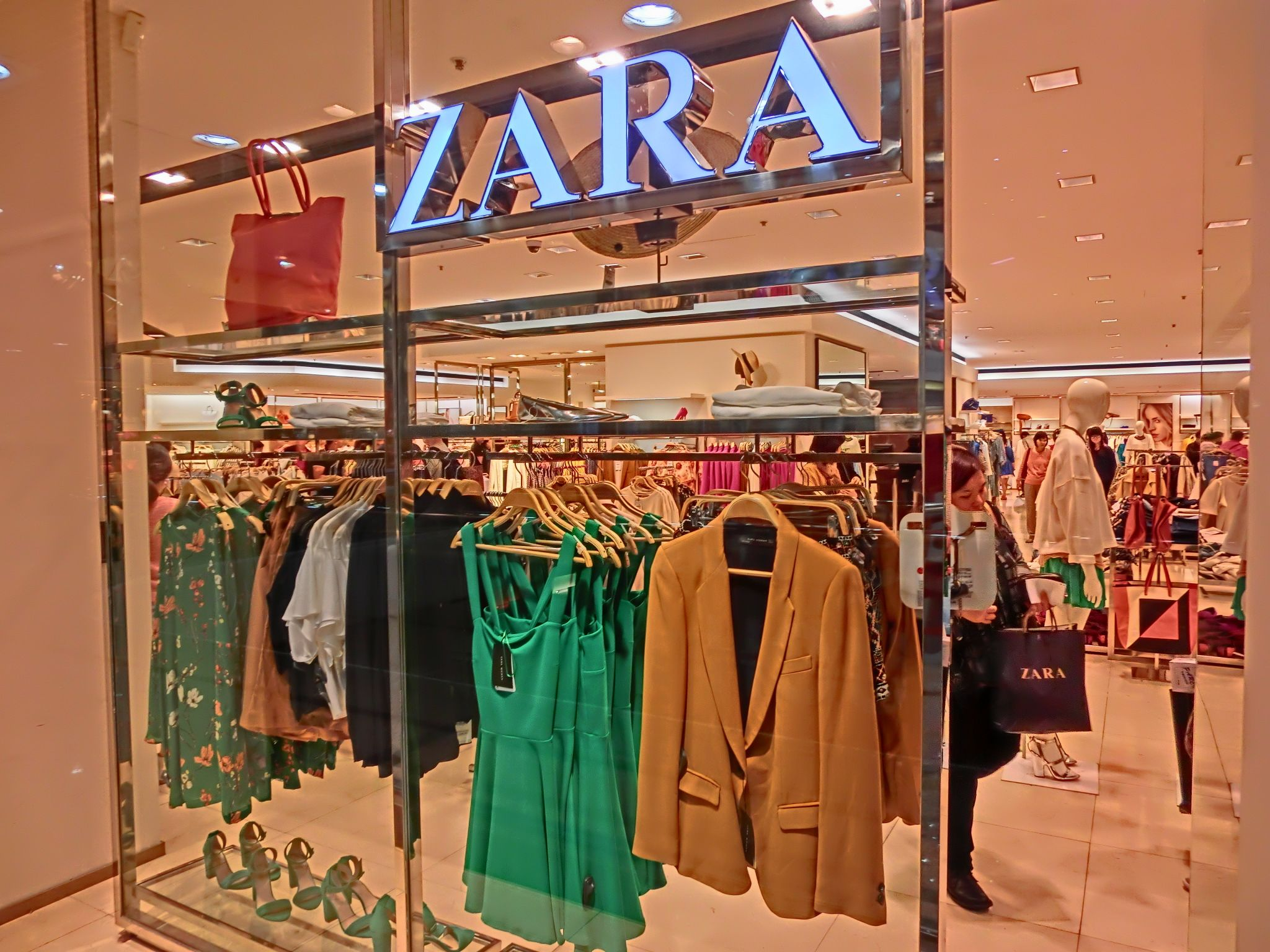 department store clothing - Google Search | Visual Merchandising ...