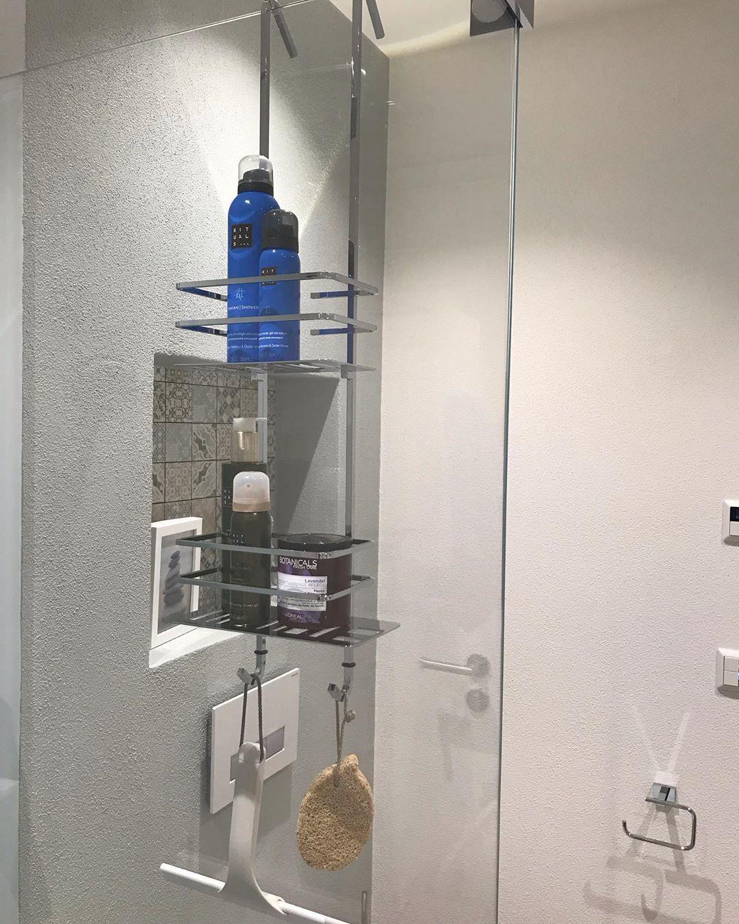 Eine Edle Und Durchdachte Erganzung Unserer Glasduschen Kann Z B Ein Duschkorb Sein Und Gefullt Mit Ritualscosmetics Produkten Steht D Lamp Decor Home Decor