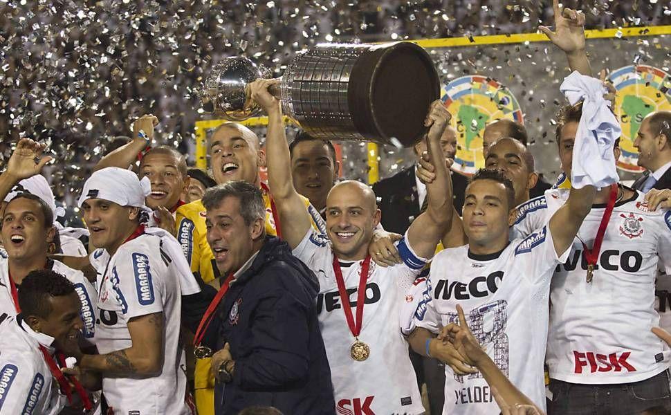 Jogadores do Corinthians comemoram seu primeiro título na Libertadores, em confronto contra o Boca Juniors, nessa quarta (4) no Pacaembu.