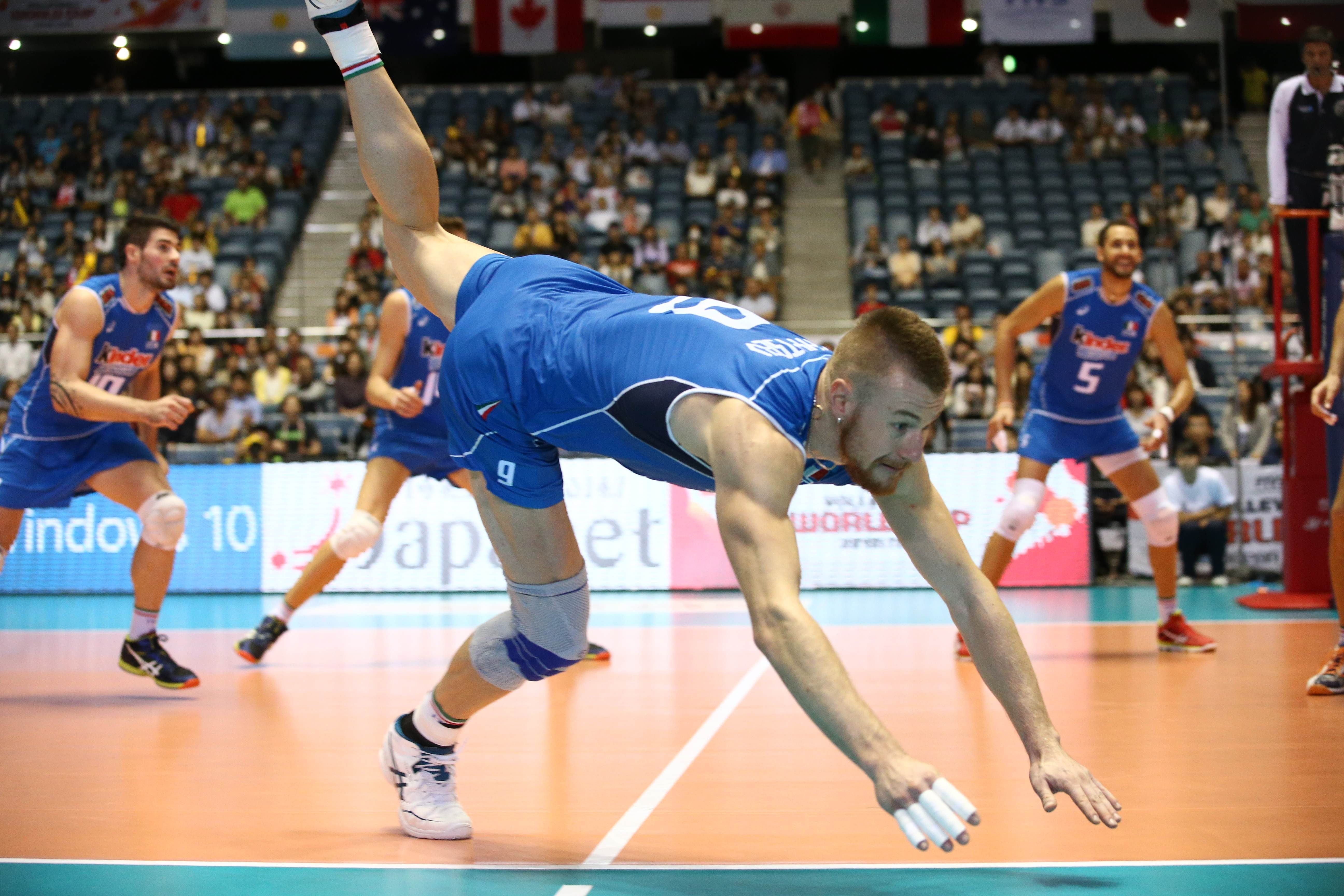 Ivan Zaytsev Digs For The Ball In 2020 Volleyball Volleyball Wallpaper Volley