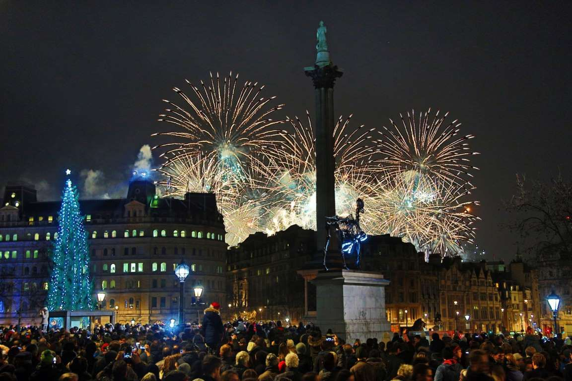 2016 ENGLAND Crowds gather to watch the New Year's