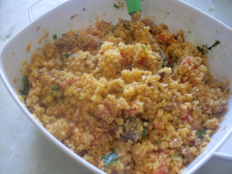 Sobras de cuscuz ou se preferir pode cozinhar meio pacote de cuscuz  - 1 colher sopa de óleo  - 1/2 cebola roxa picada  - 1 tomate picado  - 1 lata de sardinha de molho de tomate  - 2 colheres de molho de tomate pronto  - 1/2 copo com água  - Coentro, cebolinha picadinhos a gosto  - Sal a gosto  -