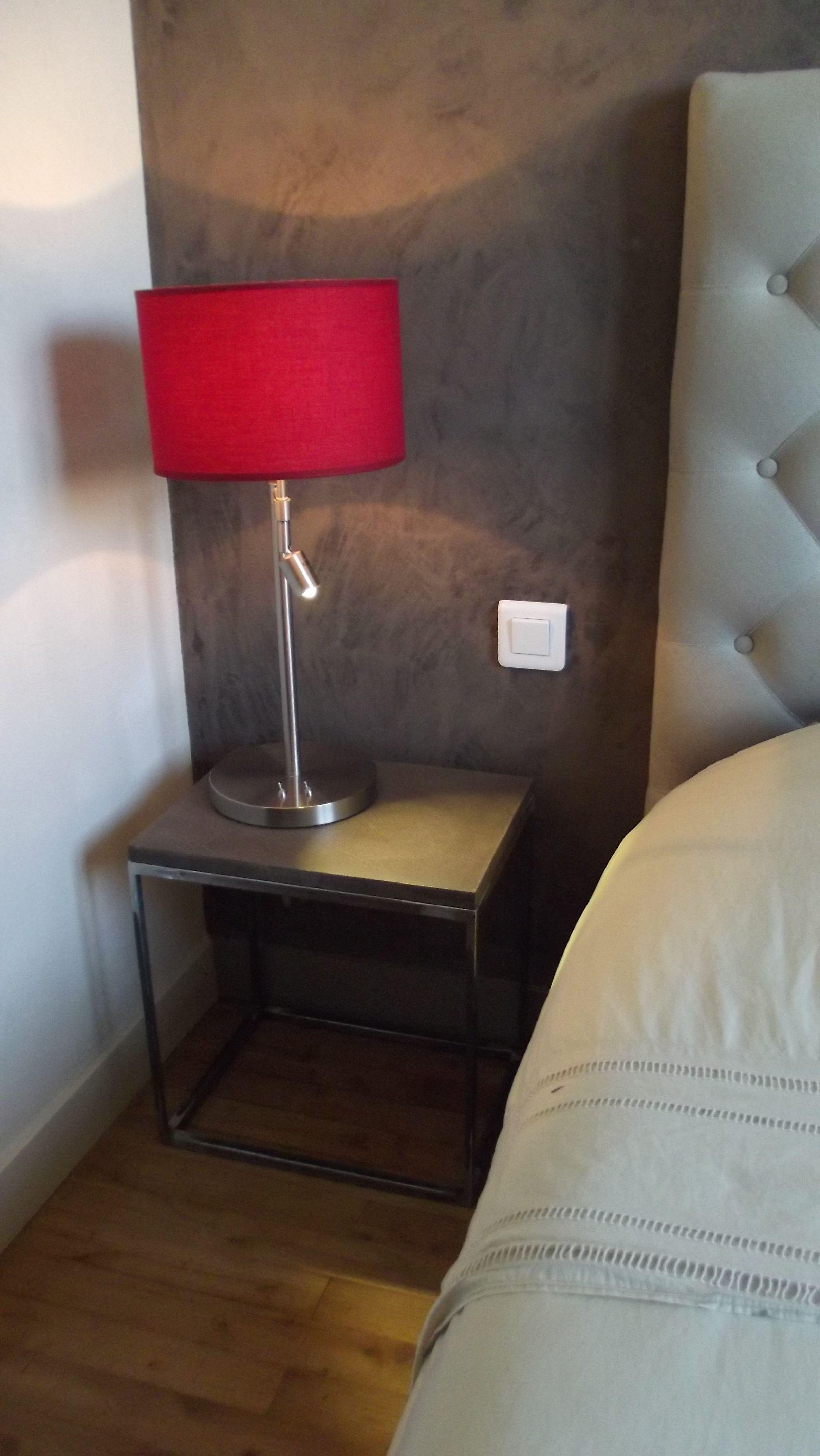 table de chevet sur mesure plateau r sine d corative effet b ton cir pied m tal brut. Black Bedroom Furniture Sets. Home Design Ideas