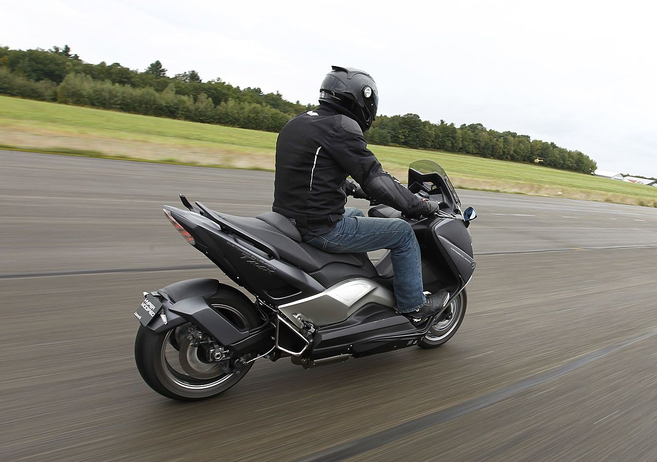 essai scooter exclusif yamaha t max hyper modified par. Black Bedroom Furniture Sets. Home Design Ideas