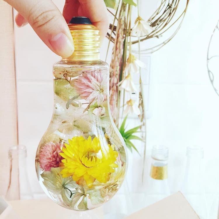 Elle réalise des créations florales et les fleurs qu'elle utilise...ne fanent jamais : absolument fabuleux