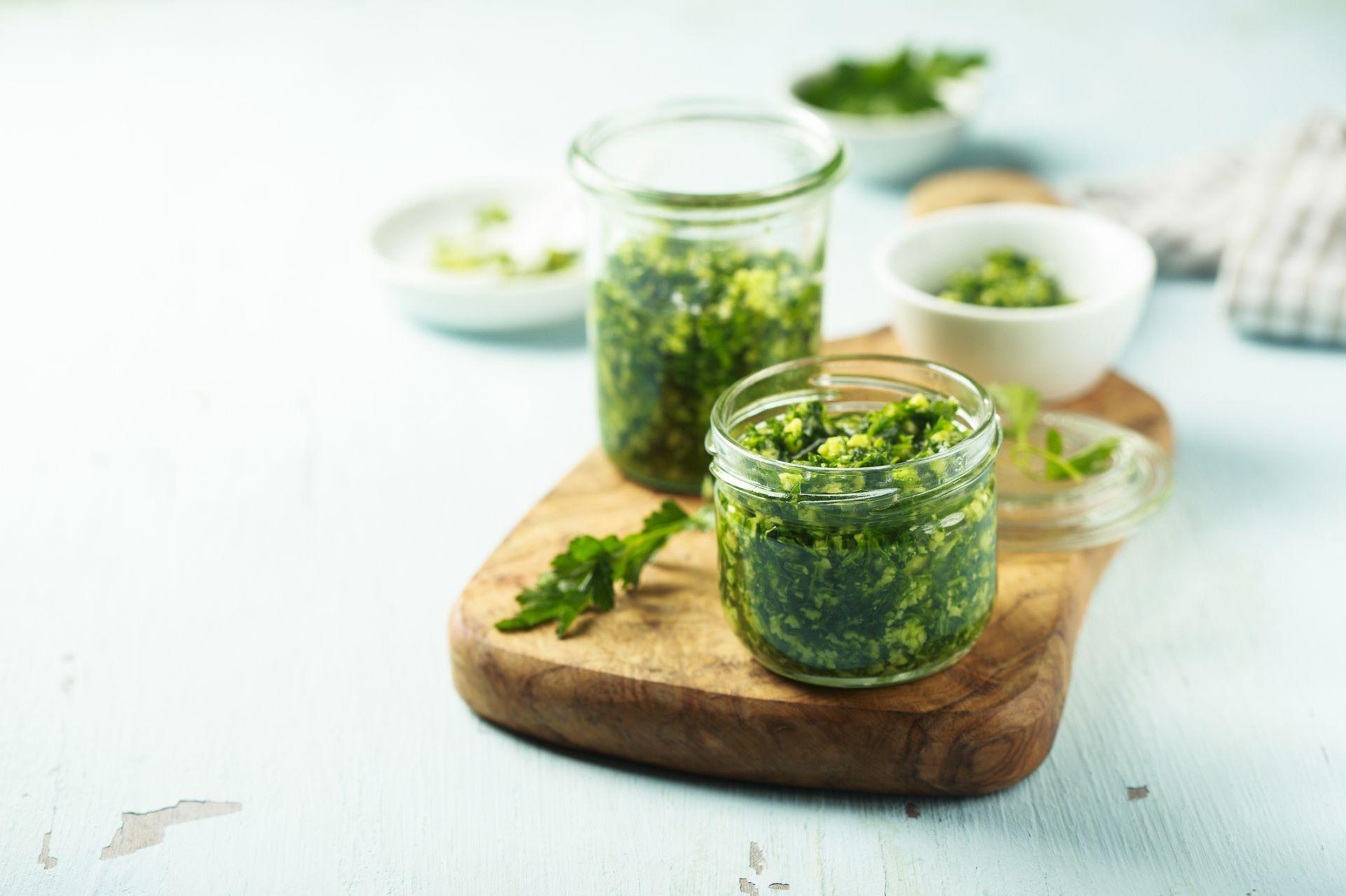 Kuchnia Zero Waste Pesto Z Lisci Lub Natki Do Przygotowania Takiego Zdrowego Pesto Potrzebowac Bedziemy Natki Pietruszki Marchew Recipes Pesto Recipe Pesto