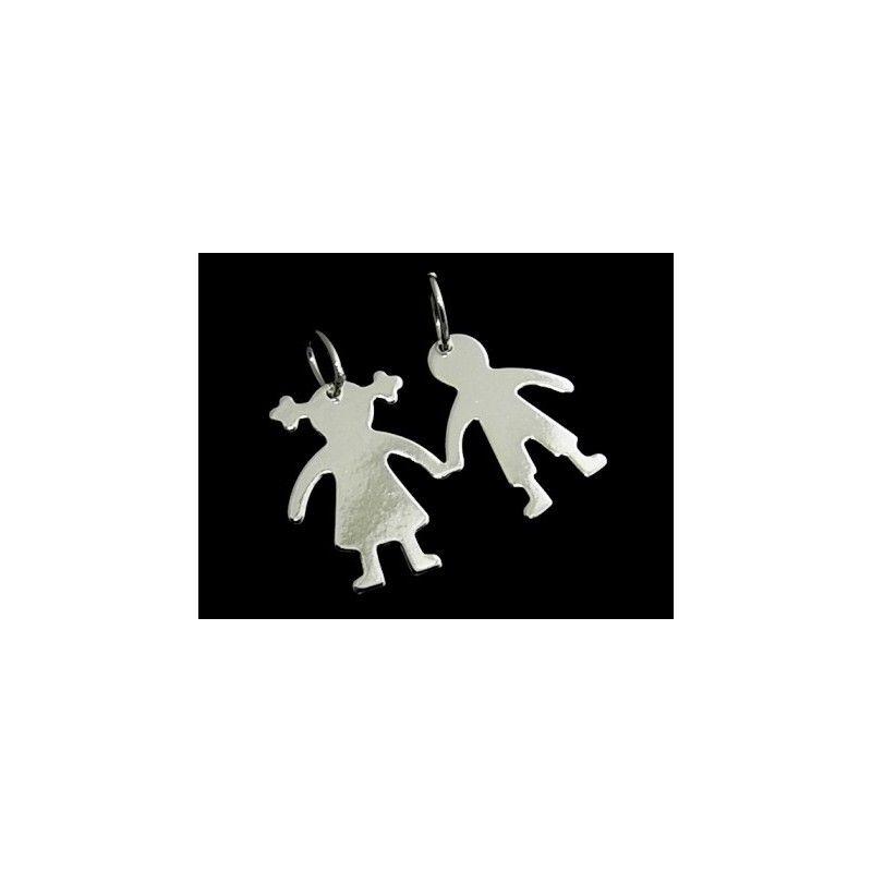 Colgante de plata lisa con forma de niño y niña para partirlo y hacer dos Colgantes de dimensiones 2 cm de largo x 3,3 cm de ancho