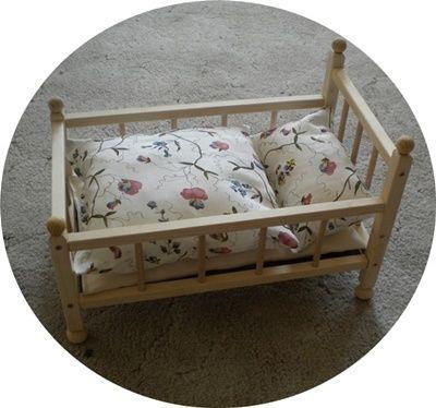 Puppenbett mit Kissen und Matratze,Motiv:Blumenran von MarionsGeschenkeStube auf DaWanda.com