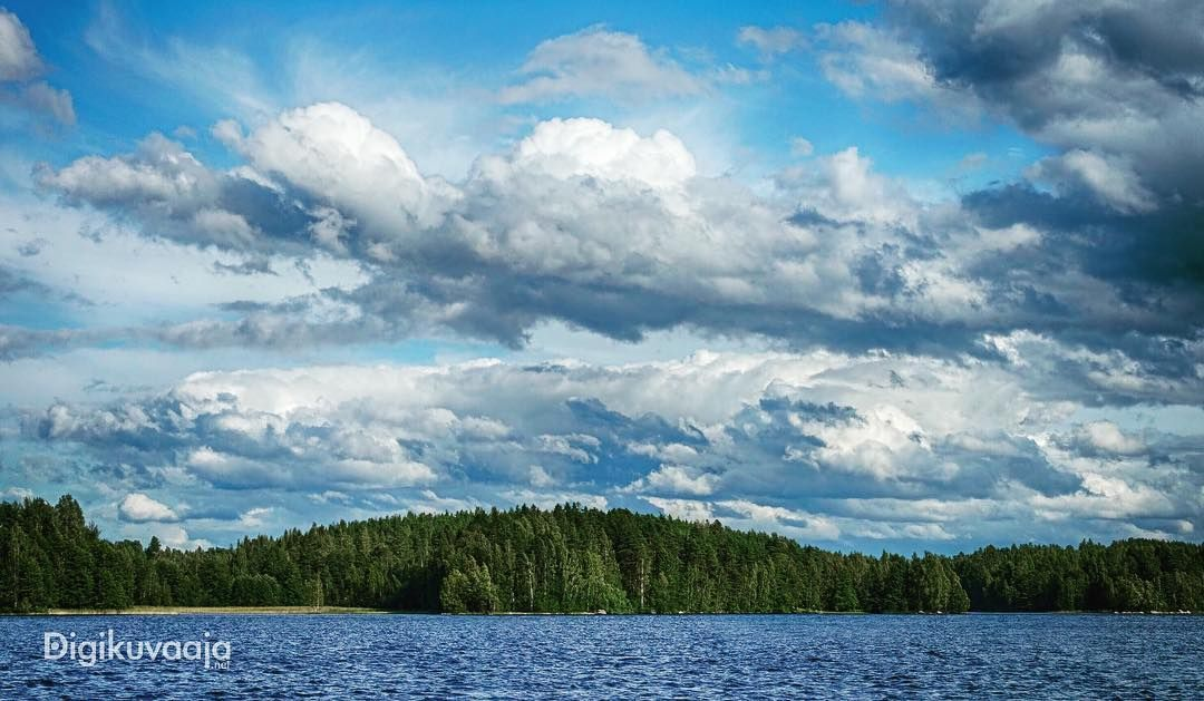 Tänä kesänä on taivaalla ollut katsottavaa. Koska sää on ollut vaihtelevaa niin pilvimuodostelmat ovat olleet usein näyttäviä. Harmi etten ole juuri jaksanut niiden perässä kameran kanssa juosta mutta jotain kuitenkin olen koittanut aina tilaisuuden tullen kuvata.