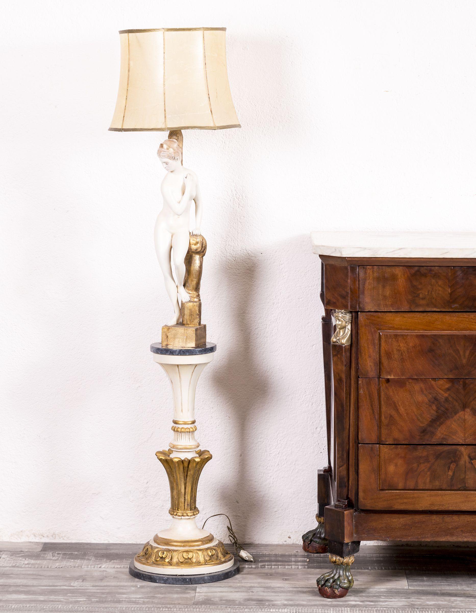 Lámpara De Pie Realizada Sobre Talla De Madera Maciza Policromada Y Pan De Oro Data De Finales De Siglo Xix Lamp Lámparas De Pie Lámparas Modernas Lámpara