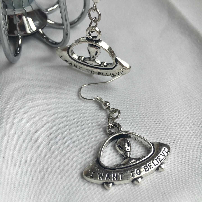 """boucles d'oreilles argentées """"I want to believe """" X Files Alien Extraterrestre : Boucles d'oreille par miss-perles"""