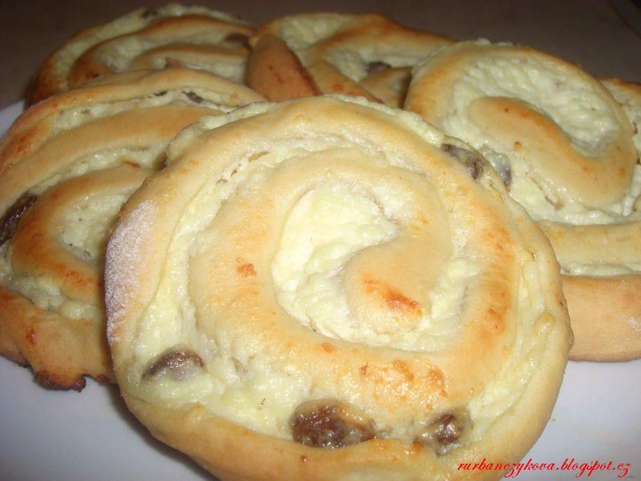 Zamotané tvarohové koláčky Těsto: 400g hladké mouky 50 g rozpuštěného másla 100g cukru 25g droždí 3/4 šálku teplého mléka 1 vejce Tvarohová nápln: 400g tvarohu 1 vanilkový cukr 2-3 lžíce cukru 1 žloutek rozinky