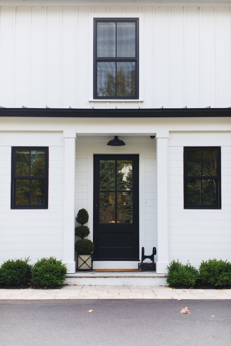 White And Black Modern Farmhouse Exterior With Black Front Door And Black Windows Edw In 2020 White Exterior Houses Modern Farmhouse Exterior Modern Farmhouse Design