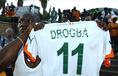 Un seguidor de Drogba sostiene una camiseta de la selección de Costa de Marfil con el dorsal de la estrella del equipo. THEMBA HADEBE | AP www.elperiodico.com #AfricaCup #Football #Drogba