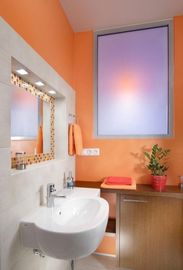 farbe im badezimmer-streichen-orange-weisse-fliesen-mosaik