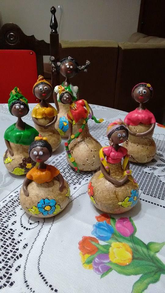 Africanas.  Porongo, filtro de café, biscuit e mosaico de cascas de ovos.