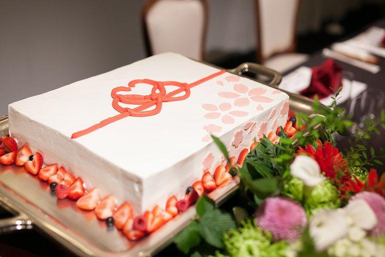 和婚でもケーキ入刀はしたいと考えている皆さん!ウェディングケーキも和風にアレンジしてゲストも喜ぶデザインを紹介します♫きっとSNSに引っ張りだこ間違いなしです