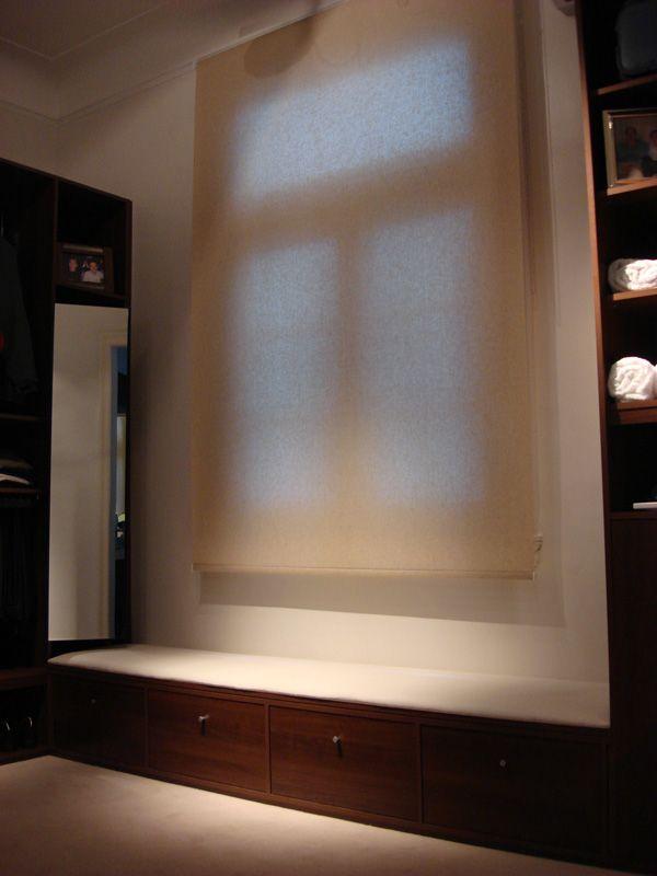 Funcionales: muebles de guardado que enmarcan ventanas y aprovechan ...