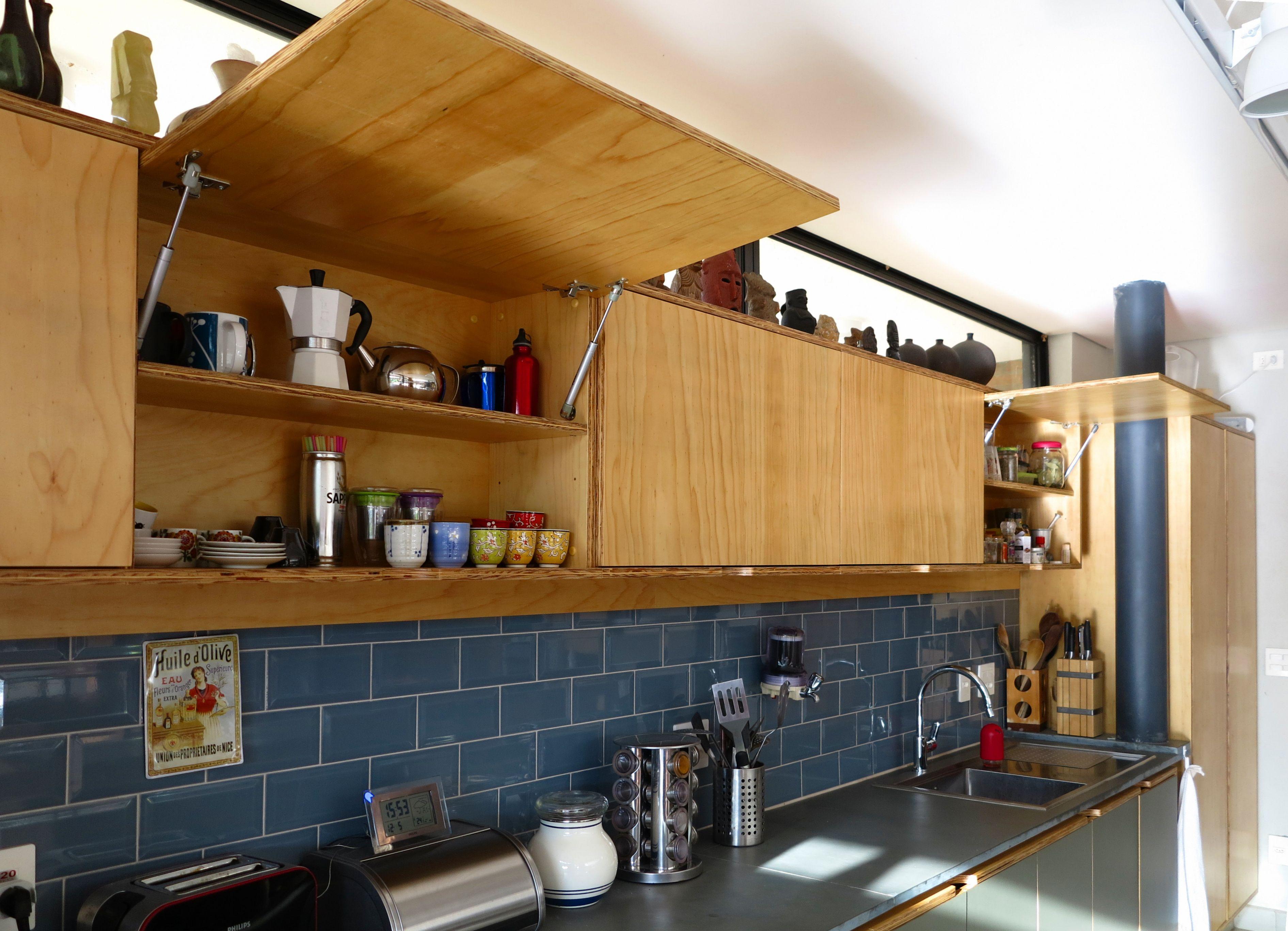 Detalhe da porta basculante cozinha com arm rios em - Armarios para montar ...