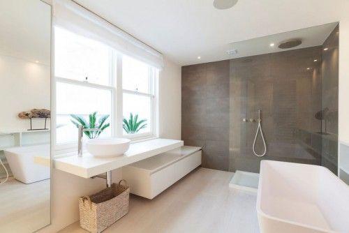 Moderne lichte badkamer vooral die lange lage kast op de vloer vind ik mooi je kunt erop - Moderne badkamer betegelde vloer ...