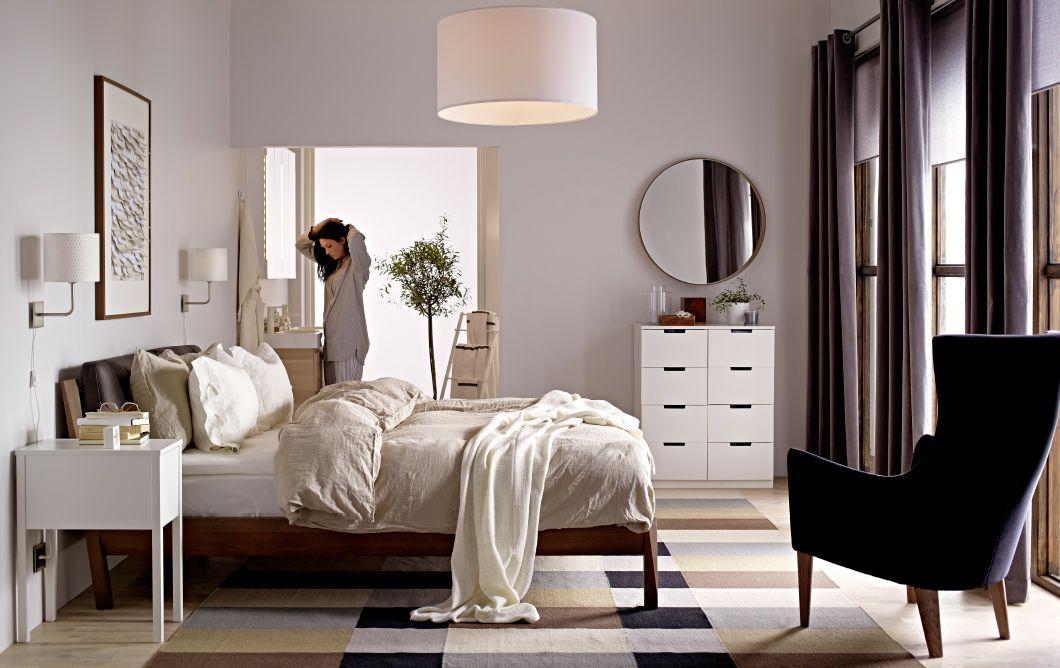 Camera con letto, poltrona, specchio, cassetti e tappeto.Tutto Ikea ...