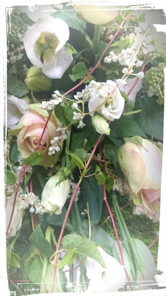 Båredekorasjon med labelle,hvit lisianthus, sedum, linjer, med grønt. -Design ingunngrimsby