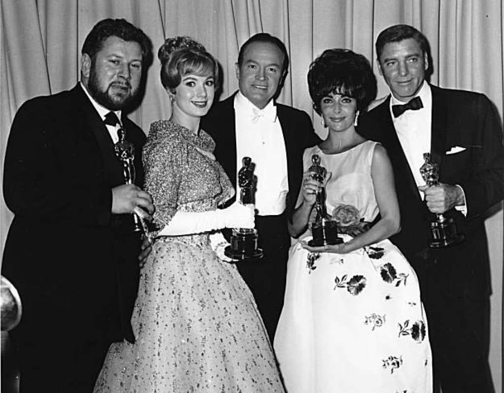 """Master of Ceremonies Bob Hope, center, poses with four Oscar winners after the Academy Awards ceremony in Santa Monica, Calif. on April 18, 1961. Photographed with Hope are, from left to right, British actor Peter Ustinov, best supporting actor for his role in """"Spartacus""""; Shirley Jones, best supporting actress for her role in """"Elmer Gantry""""; Elizabeth Taylor, best actress for her role in """"Butterfield 8""""; and Burt Lancaster, best actor for his role in """"Elmer Gantry."""" (AP Photo/stf)"""