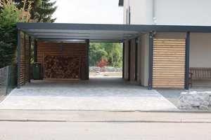 Der carport mit wandelementen aus holz mit geräteraumeinbau bietet