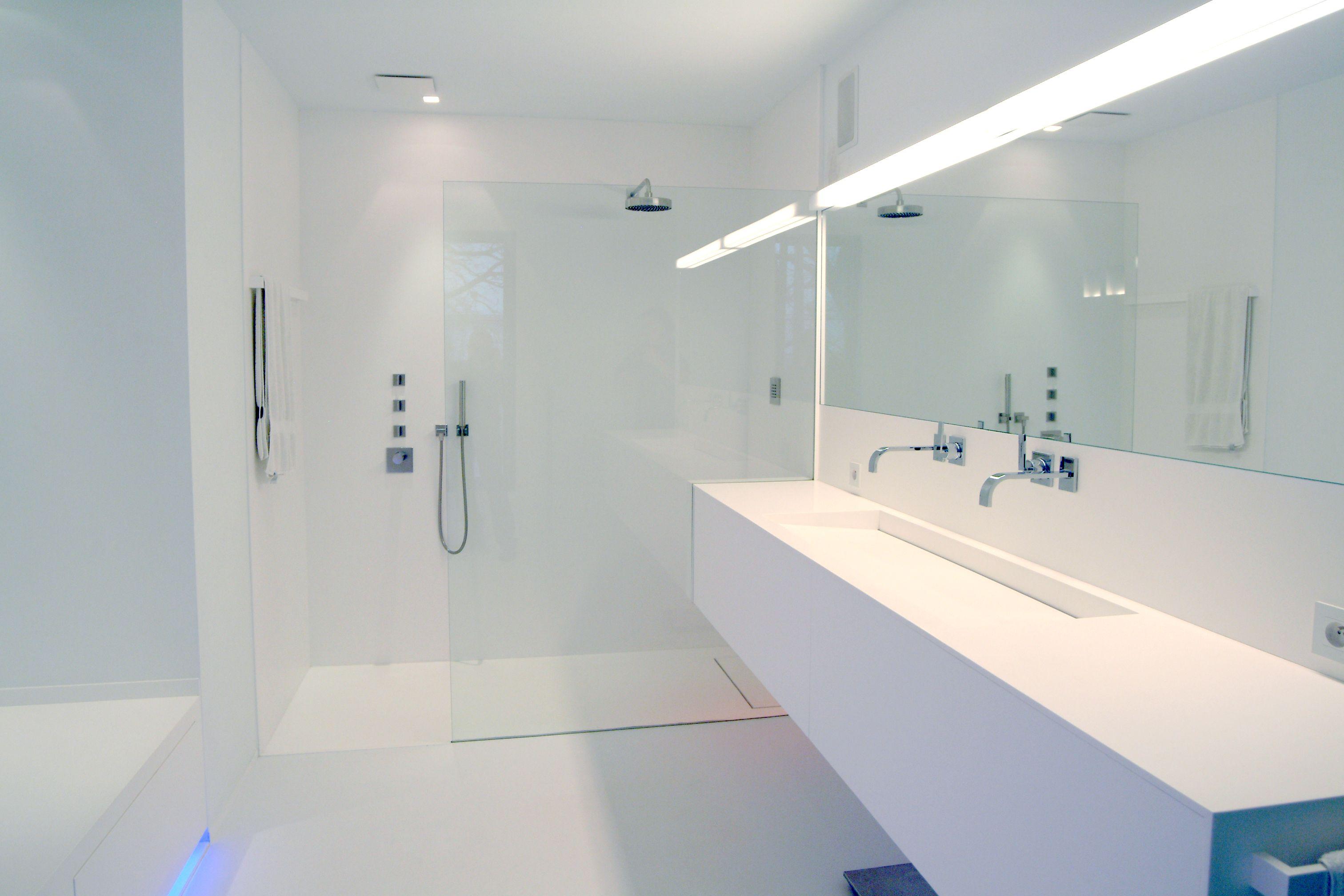 Moderne badkamer. Badkamermeubel in Solid Surface. Strakke badkamer ...