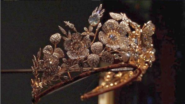 a close up of the Bedford floral tiara