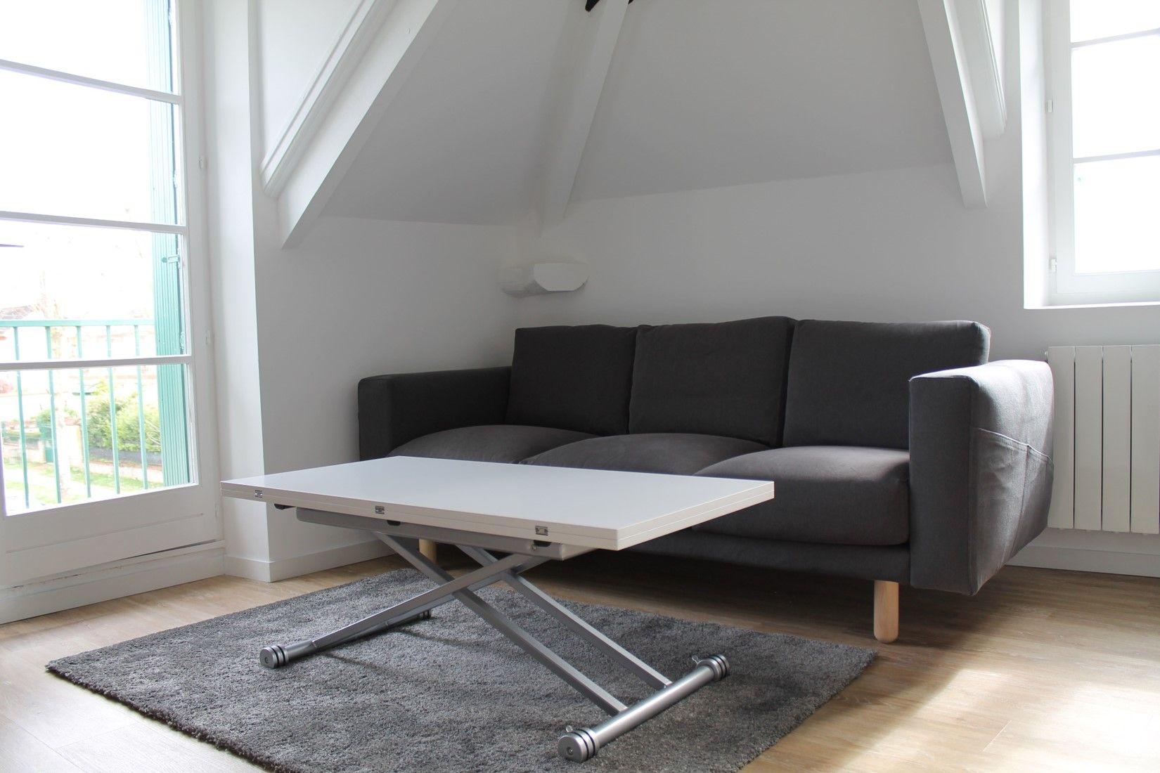 canap gris ikea et table basse blanche relevable pour. Black Bedroom Furniture Sets. Home Design Ideas