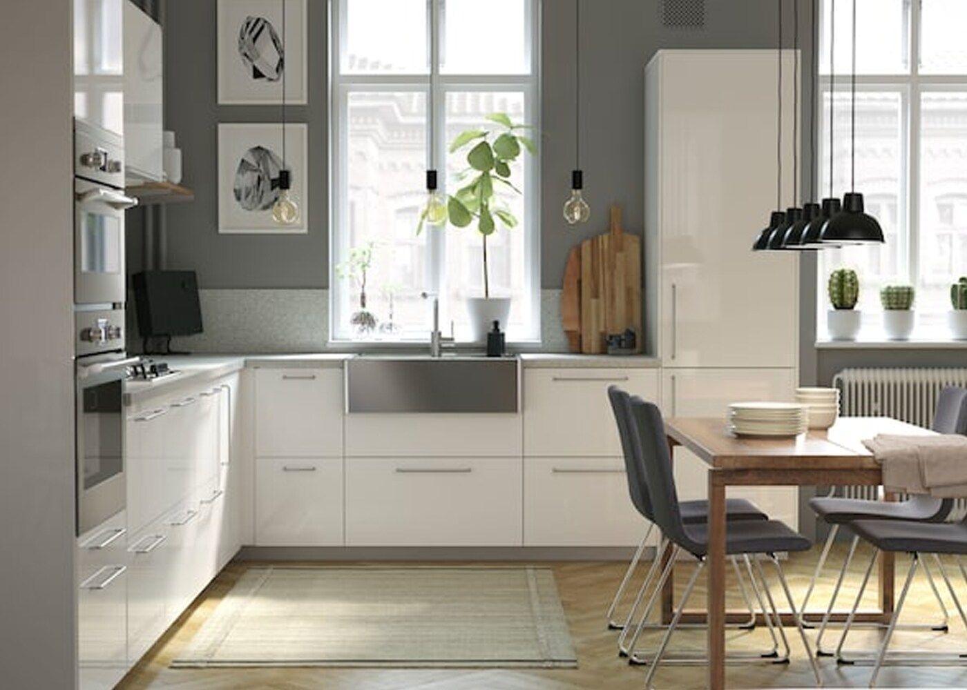 Eine Helle Luftige Und Moderne Kuche Mit Holzdetails In 2020 Moderne Kuche Kuchen Mobel Und Kuchendesign