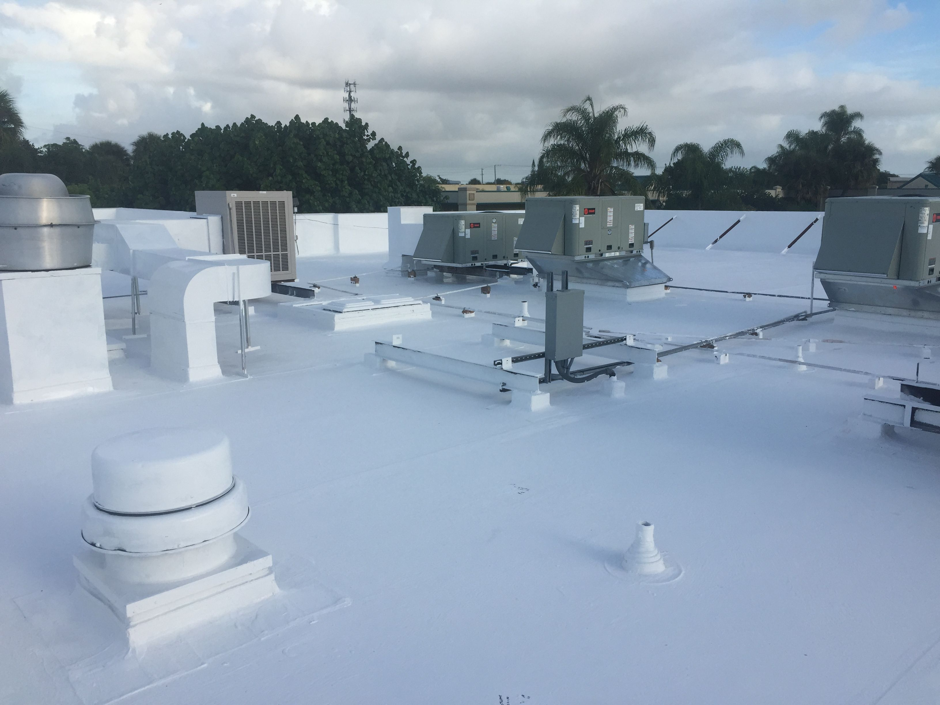 This Flat Roof Of A Best Western In Stuart Florida Is Now Sealed And Protected With Gaco S2000 Silicone Roof Coating P Roof Restoration Roof Coating Flat Roof