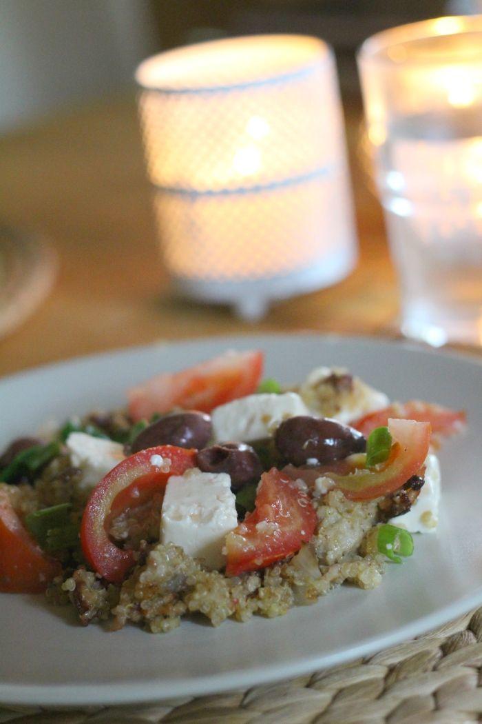 TUNTUU, että lähes kaikki sisäkeittiössä tehdyt kesäruuat ovat salaatteja, mutta välillä tulee tehtyä niistäkin lämpimiä versioita. Tämäkin in kuin tuhdimpi ja lämmin kreikkalainen salaatti. Jauheliha ja kvinoa tekevät siitä ruokaisan ja reilu oliiviöljy ja paistamisen maut muhevan ja maukkaan.  Kvinoa-jauheliha-fetapannu neljälle: 400 g jauhelihaa 2 sipulia – ruskistetaan öljyssä ja maustetaan suolalla ja pippurilla …