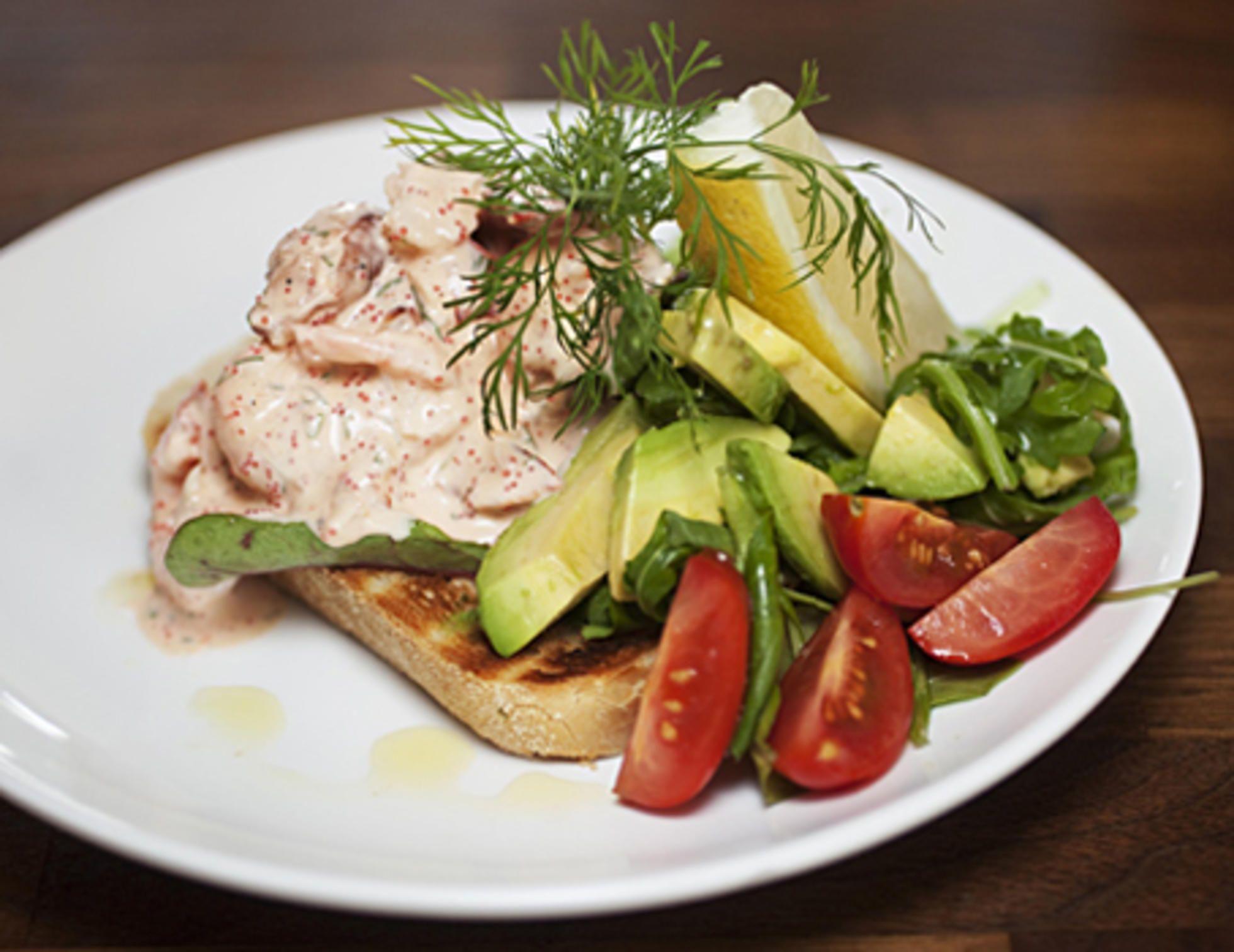 I lange danske frokoster er smørrebrød tingen. Da er det vanskelig å komme unna Skagen-toast.Kilde: Adresseavisen. Foto: Mari Vold