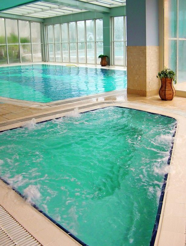 Großer Pool großer indoor pool umgeben glas mit separaten whirlpool 28