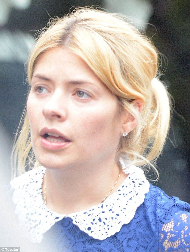 She Looks Radiant A Makeup Free Holly Willoughby Takes