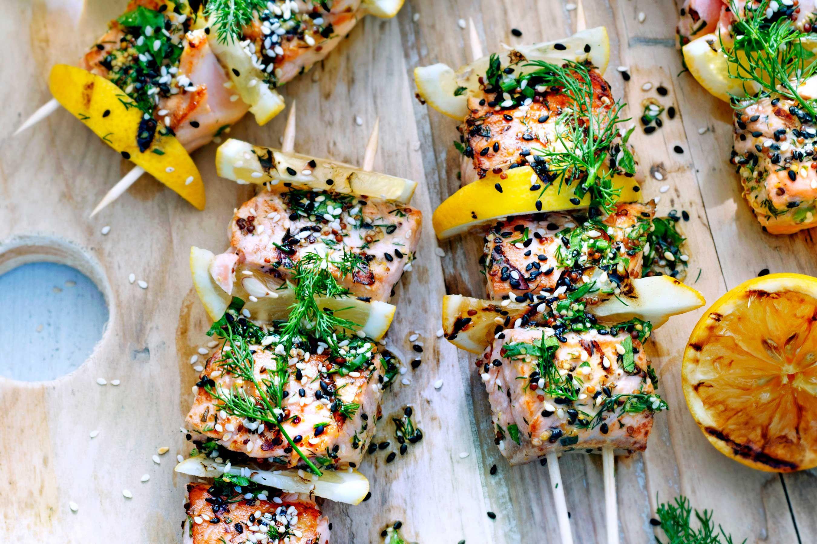 Hoe maak je vis en schaal- en schelpdieren op de barbecue klaar? Wij geven je tips voor een geslaagd resultaat.