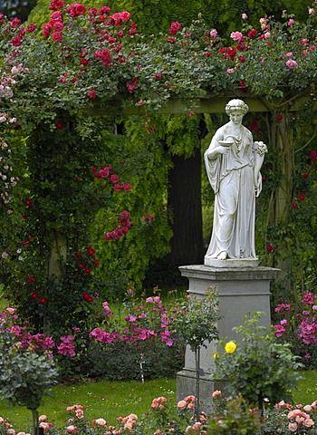 Estatua de mármol en  jardín de rosas de la isla de Mainau, Baden-Württemberg, Alemania