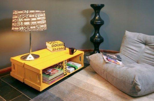 Basta juntar alguns caixotes na horizontal e colori-los para criar uma mesinha de centro moderna e sustentável  Foto Cria design blog