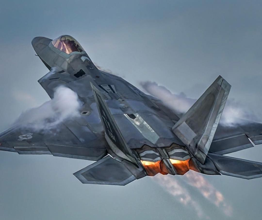 🇺🇸 USAF F-22 Raptor pulling hard vaped out! Photo 📷 by ...