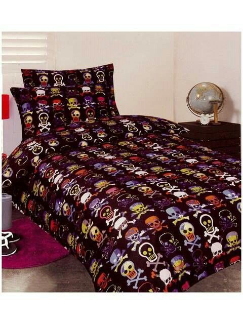 Must buy! Glow-in-the-dark skull duvet set!