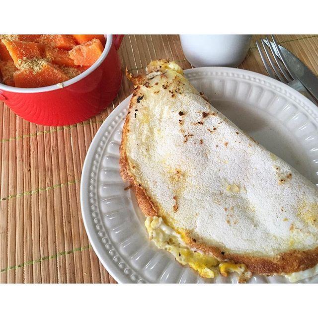 """BOM DIA VIDA ☀️ Hoje teve """"tapiovo"""" com 2 claras e 1 ovo (adoro comer tapioca dessa forma pois fica mais crocante) + mamão com farinha de linhaça + meu pretinho ☕️ Agora sim pronta pra começar o dia  #bomdia #morning #breakfast #moodoftheday #tapiovo #tapioca #ovos #eggs #proteina #healthylifestyle #healthyfood #eatclean #fazendoescolhas #alimentacaosaudavel #vidasaudavel #nutrição #densidadenutritiva #fitnesss #yummy #food #coffee #coffelovers #goodvibes #behealthy"""