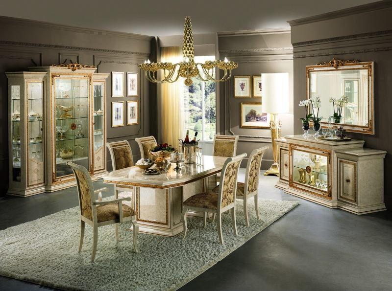 Weiße Möbel im Esszimmer - Esstisch mit Goldornamenten